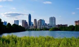 Linia horyzontu w centrum Austin Teksas od boardwalk na damy Ptak jeziorze obraz stock