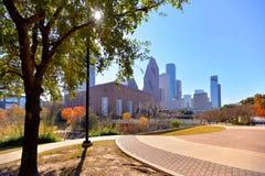 Linia horyzontu w centrum Houston przy Sesquicentennial parkiem zdjęcia stock