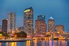 Linia horyzontu w centrum Tampa, Floryda, przy nocą zdjęcie royalty free
