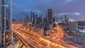 Linia horyzontu widok budynki Sheikh Zayed droga i DIFC noc dnia timelapse w Dubaj, UAE zbiory