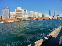 Linia horyzontu widok Dubaj zatoczka z Traditonal budynkami i łodziami rybackimi Lokalizować w zatoce Dubaj zdjęcia stock