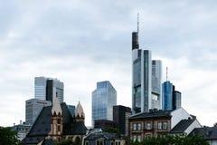 Linia horyzontu z drapaczami chmur Am - magistrala, Niemcy, pieniężny okręg - Frankfurt - obraz royalty free