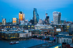 Linia horyzontu zmierzch z miastem Londyńscy drapacze chmur i biurowy buil Obrazy Royalty Free
