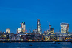 Linia horyzontu zmierzch z miastem Londyńscy drapacze chmur i biurowy buil Zdjęcie Royalty Free