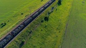 Linia kolejowa frachtowy transport dostarcza węgiel Pociąg towarowy z wiele zbiornikami od above zbiory wideo