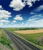 Linia kolejowa horyzont w niebieskim niebie zdjęcie stock