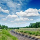 Linia kolejowa horyzont w niebieskim niebie obraz stock