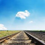 Linia kolejowa horyzont w niebieskim niebie fotografia royalty free