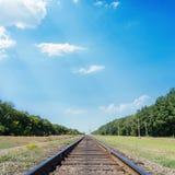 Linia kolejowa horyzont w niebieskim niebie zdjęcie royalty free