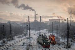 Linia kolejowa i dymna roślina w tle zdjęcia stock