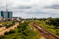 Linia kolejowa i wartko rozwija środkowa dzielnica biznesu, Gabor obrazy stock