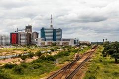 Linia kolejowa i wartko rozwija środkowa dzielnica biznesu, Gabor fotografia royalty free