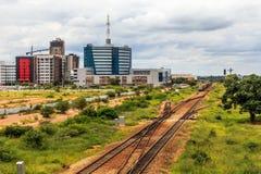 Linia kolejowa i wartko rozwija środkowa dzielnica biznesu, Gabor zdjęcie royalty free