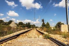 Linia kolejowa między trullo w Salento Włochy zdjęcia royalty free
