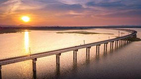 Linia kolejowa most Nad rzeki Pa Sak tamą Lopburi Tajlandia i Beaut Fotografia Stock