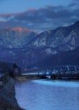 Linia kolejowa most przez Karpackich gór, przechodzi Olt doliną Fotografia Stock