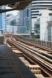 Linia kolejowa nieba metro w drapacza chmur śródmieścia biznesie Obrazy Royalty Free
