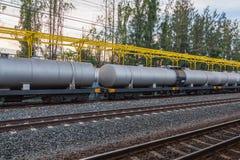 Linia kolejowa pociąg czarni tankowów samochody Zdjęcie Royalty Free