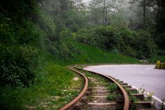 Linia kolejowa prowadzi ciebie domowego obrazy royalty free