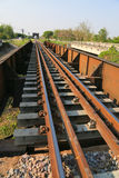 Linia kolejowa przez zielonych rośliien omijanie Podróż sposób pociągiem fotografia royalty free
