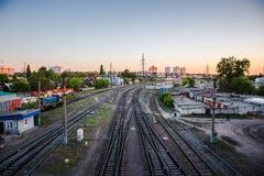 Linia kolejowa przy Zmierzchem Stacja kolejowa, Przemysłowy pojęcia tło, logistycznie i transport Zdjęcia Stock