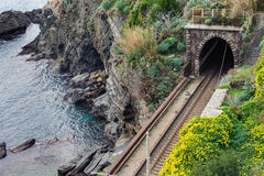Linia kolejowa tunel blisko wybrzeża morze śródziemnomorskie przy Cinque Terre parkiem narodowym, Włochy Zdjęcie Stock