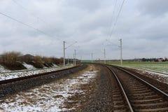 Linia kolejowa w śniegu z niebieskim niebem Obrazy Royalty Free