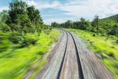 Linia kolejowa w ruchu, linii kolejowej podróż, kolejowa turystyka, Zamazana kolej Zdjęcia Stock