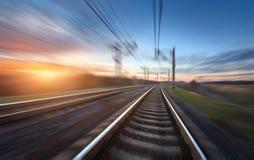 Linia kolejowa w ruchu przy zmierzchem stacja kolejowa Zdjęcie Royalty Free