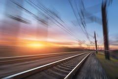 Linia kolejowa w ruchu przy zmierzchem stacja kolejowa Obrazy Royalty Free