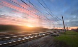 Linia kolejowa w ruchu przy zmierzchem stacja kolejowa Fotografia Stock