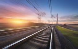 Linia kolejowa w ruchu przy zmierzchem stacja kolejowa Zdjęcia Royalty Free