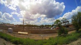 Linia kolejowa w ruchu przy zmierzchem Stacja kolejowa z ruch plamy skutkiem przeciw kolorowemu niebieskiemu niebu Fotografia Royalty Free