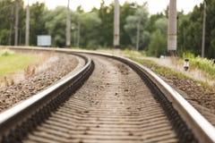 Linia kolejowa w ruchu przy zmierzchem Stacja kolejowa z ruch plamy skutkiem, Przemysłowy pojęcia tło Fotografia Stock