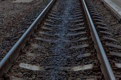 Linia kolejowa w ruchu przy zmierzchem Stacja kolejowa z ruch plamy skutkiem przeciw kolorowemu niebieskiemu niebu, Przemysłowy p Zdjęcia Royalty Free