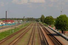 Linia kolejowa w ruchu przy zmierzchem Stacja kolejowa z ruch plamy skutkiem przeciw kolorowemu niebieskiemu niebu, Przemysłowy p Zdjęcie Stock