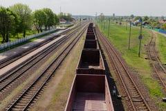 Linia kolejowa w ruchu przy zmierzchem Stacja kolejowa z ruch plamy skutkiem przeciw kolorowemu niebieskiemu niebu, Przemysłowy p Fotografia Stock
