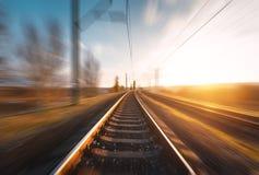 Linia kolejowa w ruchu przy zmierzchem Zamazana stacja kolejowa Fotografia Stock