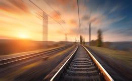 Linia kolejowa w ruchu przy zmierzchem Zamazana stacja kolejowa Obraz Royalty Free