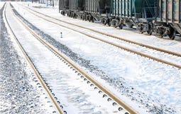 Linia kolejowa w zimie Linia kolejowa frachtowi samochody przygotowywają wysyłającym Zdjęcie Stock