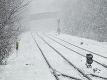 Linia kolejowa w zimie w ciężkim śniegu fotografia royalty free