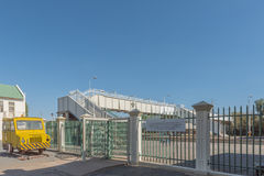 Linia kolejowa wizytacyjny samochód z wejściowym bramy i pieszy brid Zdjęcie Stock