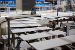 Linia produkcyjna z ceramicznymi płytkami fotografia stock