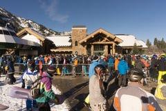 Linia wsiadać gondolę przy śnieżnym basenem na dniu otwarcia Obraz Royalty Free