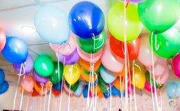 Linie balony pod sufitem zdjęcia stock