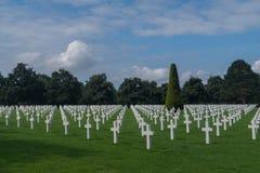 Linie biali krzyże przy Normandy cmentarzem Amerykańskim pomnikiem i, colleville-sur-mer, Normandy, Francja zdjęcia royalty free