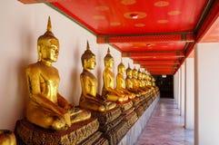 Linie der goldenen buddhas Lizenzfreie Stockfotos