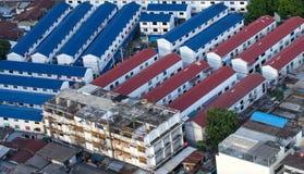 Linie des neuen Wohngebäudes mit Altbau auf die Stadtoberseite konkurrieren Stockfoto