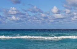 Linie des Ozeans, kleine Wellen, Horizont, endloser Abstand, gegen den Himmel bedeckt mit Wolken lizenzfreies stockfoto