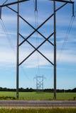 Linie energetyczne i pilony zdjęcia royalty free